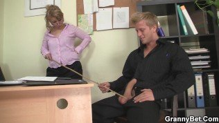 An old bitch in sexy lingerie fucks her employee